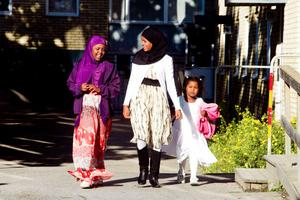 Fadumo Raage, Mariam Sheikhabikar och Ifrah Raage har fått nya kläder inför högtiden eid al-fitr.