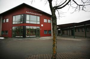 Här vid Adolfsbergsskolan inträffade pilbågsattackerna.