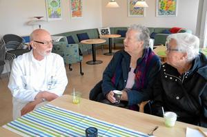 Öppet hus hos doktorn. Inga Filipsson och Margaretha Gyllin fick en pratstund med distriktsläkare Håkan Lindgren, Hallsbergs mest kände doktor. Damerna hade inget att klaga på så det blev mest trevligt nostalgiprat.