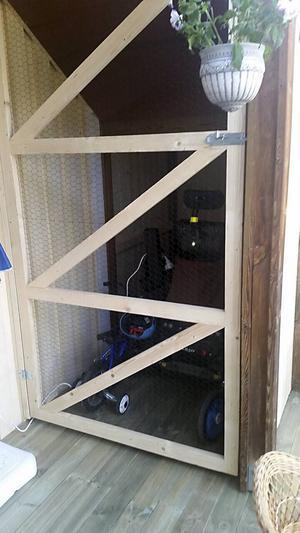 Dörren till förvaringsplatsen där hon inte vågar låta permobilen stå.