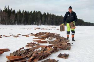 Tegelpannorna har lagts ut i flera strängar längs ett område av Näversjön där skoterförare passerar. En annan aspekt är att sjön utgör vattentäkt för boende i byn.