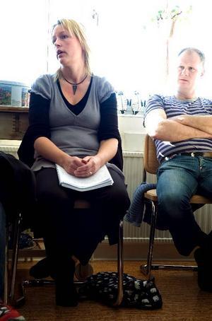 Ingen bra lösning. Sofie Engelcrona som har två barn i skolan och ett barn i förskolan i Bjursås tycker att kommunen tänker kortsiktigt.