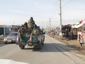Enda sättet att ta sig till utgrävningsplatsen Mes Aynak var med militäreskort. De var tvungna att åka igenom ett farligt område som är talibanstyrt.