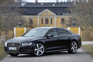 Ingen klassisk herrgårdsvagn, kanske, men nog klär nya Audi A8 på godsägarens uppfart.