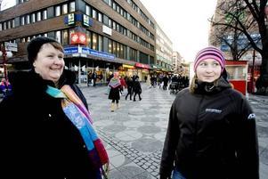 Lina Frisk och Kerstin Lindberg kan tänka sig att jobba längre än 65.– Om jag får vara frisk och trivs kan jag kanske tänka mig att jobba tills jag är 72 år, säger Lina Frisk, 26 år, arbetssökande från Gävle.– Ja det kan jag också, varför inte. Men det förutsätter att det är en bra arbetsmiljö, säger Kerstin Lindberg, 62 år, från Lingbo.