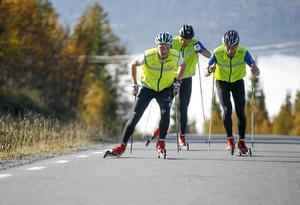 Full fart uppför backen mot Ullådalen. Jens Burman, JVM-silvermedaljör i våras, tar täten.