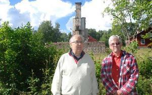 I vintras brann ett av de 42 husen på Norns bruk ned. Bengt Wester och Rolf Johansson är bekymrade över att ägaren inte rensat området och att ruinerna bara lämnats. Foto: Eva Langefalk/DT