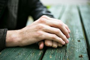 Efter misshandeln fick Alexander ha en gipsskena på ena handen i ett par dagar.