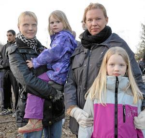 Bra för barnen. Heidi Lönnström Oranen med dottern Matilda och Katarina Petrikat med dottern Linnea tycker att det är ett bra valborgsmässofirande för barnen i Storå.
