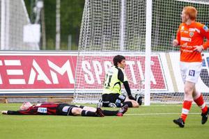 Bedrövelsen är total i ÖFK efter Umeås 2–2-mål. Petter Skogen och Lennart Sandahl deppar.