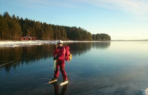 Siljan bjuder på fina skridskoturer. Färdledare Anita Looman Wästvind från Siljans Långskrinnare är noga med säkerheten och tycker inte man ska kryssa rakt över sjön.