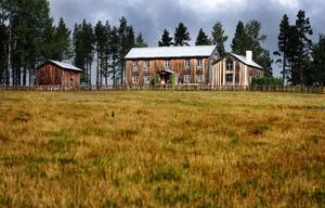 """""""Strömsunds sockens bäst bevarade gårdsanläggning med bebyggelse från 1830-talet och årtiondena därefter"""", skrev länsmuseet om Trångåsen 1:9 vid en inventering 1980. Men det var först när Lars Nord och Karin Forsberg tog över 2003 som det gjordes en rejäl satsning på att rädda gården från förfall."""