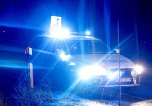 Flera polispatruller jagar personerna som stoppade och hotade en ensam taxichaufför till livet.