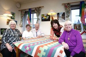 Torsdagsgruppen ställer ut sina färggranna tavlor under torsdag och fredag. Från vänster: Ulla Thorsell, Margareta Pålar, Gunvor Damberg, Rita Johansson och Birgit Axell.