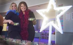 Jenny Eriksson och Camilla Isola tar för sig av popcorn och shots.