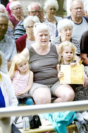 Anna-Greta Öhlund från Björke satt med barnbarnen Fiona, 5, och Nellie, 3.