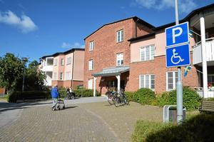 Hur många platser kan ett om- och tillbyggt Solbacka få? Svaret på den frågan bestämmer vad kommunen vill göra med Kungsgården, som hyrs av landstinget.