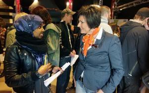 – Jag vill helst jobba inom vården, berättar Marian Ahmed för Susanne Nyman, arrangör. Foto: Staffan Björklund