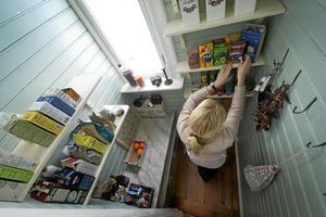 Ordning och reda. I skafferiet finns utrymme för väggfasta hyllor och gott om plats för förvaring av såväl livsmedel som porslin.