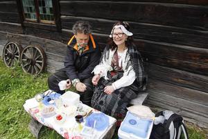 I 15 år har de följt sin egen tradition och intagit sin midsommarlunch på samma ställe och på samma sätt. Danne Paulsson och Gunvor Larsson på Jamtli.