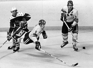 PÅ VÄG MOT NYA STYGN? Börje Salming i horisontalläge under Canada Cup-match mot USA 1976.