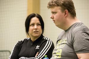 Angelica Lindholm-Forsell instruerar målvakten Mattias Persson.