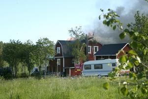 Spred sig. Branden i garaget spred sig till det intilliggande boningshuset som inte gick att rädda, Räddningstjänsten fick inrikta sig helt på att rädda de övriga husen i området.
