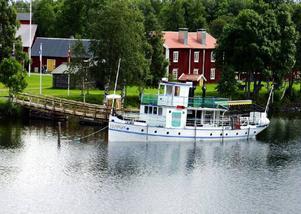 Så här såg det ut närM/S Svaningen låg utanför Hembygdsgården i Strömsund. 2006 knäcktes båten när den skulle lyftas upp på land. Sedan dess har den stått på land. Nu har Vattudalens båtklubb köpt båten.