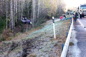 13.40 inträffade den tredje singelolyckan vid Karsjö. En bil med fyra personer fick sladd och åkte av vägen i motsatt körriktning.