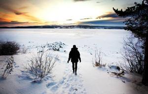 Storsjön lade sig lagom till den 18 december, vilket är kring det medeldatum då sjön brukar frysa till om man tittar tillbaka i statistiken. Men än ska man vara försiktig att ge sig ut på isen, det varnade räddningstjänsten för häromdagen efter den tragiska drunkningsolyckan i Locknesjön.Foto: Håkan Luthman