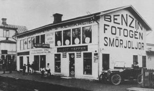 Det som påstås vara Sveriges första bensinmack ägdes av färghandlare Tapper och låg längs Borganäsvägen mellan Sveatorget och nuvarande Jussi Björlings torg. Bilden är från cirka 1920.