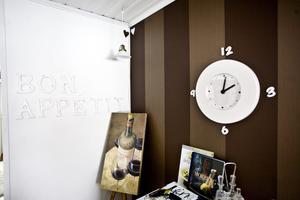 Nyaste tapeten finns i matrummet. Den går i brunt, en av Lenas favoritfärger.