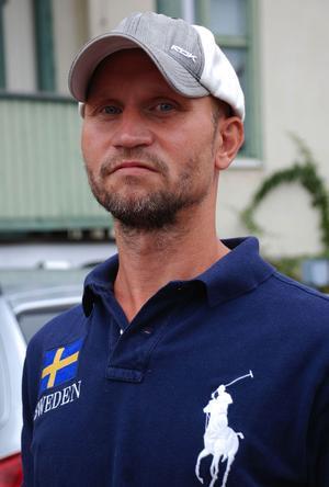 Bakom avsättningen står partikamraterna Michael Bengts (bilden) från Leksand och Knut Scherman från Falun.