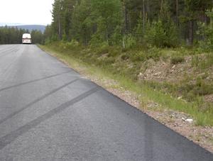 Svarta spår i asfalten efter olyckan. Foto: Nisse Schmidt