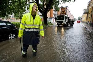 På många ställen hann inte vattnet rinna undan genom gatbrunnarna. Kent Lindberg och hans kollegor fick kämpa med flödena på många ställen.