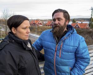 Jennie och Andreas Westerlund bor med sina två små barn i Vapelnäs. Flera hus i bostadsområdet är i farozonen när den dubbelspåriga järnvägen ska fram. För att kunna planera sin framtid har de förgäves efterlyst besked om och när deras hus ska rivas.