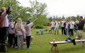 Alla lägerdeltagare förevigas innan hemfärden.