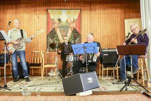 Bandet: Rolf Olsson trummor, Stefan Åslund bas, Rolf Byqvist gitarr och Jan Inge Persson dragspel.