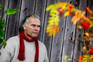 """Under 80- och 90-talet var Gustav medlem i folkmusikgrupperna Groupa och Hoven Droven, men valde att hoppa av för att satsa på familjen.""""Att vara musiker innebär ett avbräck från familjelivet. Man är borta väldigt mycket och jag tyckte inte att det var värt det."""""""