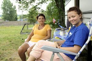 Semester vid bygget. Att bo på en provisorisk camping strax intill en byggarbetsplats är inget som stör Ida och Janne Slatt Aöyen från Åndalsnes i Norge. Bild: JAN WIJK