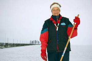 Dags för skridskofest. Rättviks Långskrinnare och Marie-Louise Hamberg förbereder som bäst långfärdsskridskofesten på onsdag kväll på Siljan.