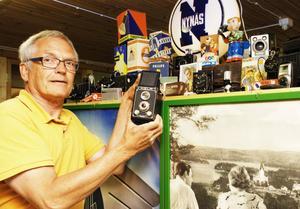 Bengt Abrahamsson visar kameraklenoden från AB Hela kameror i Uppsala från 1950-talet.