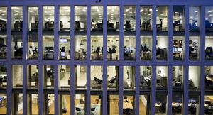 Kontorsarbetare. Regeringen har kommit med en ny arbetsmiljöstrategi.