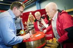 Bosch Rexroths Ola Östberg visar Barbro och Carl-Axel Gimbergsson hur man ser in i en motor med ett videoscope. I mitten Ingalill Gimbergsson, också hon anställd på företaget.