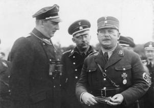Ernst Röhm (till höger) tillsammans med Kurt Daluege och Heinrich Himmler 1933.