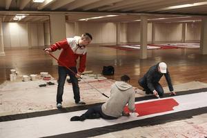 Mathias Berglund, Markus Söderlund och Robert Djeerf har lagt ner 300 timmar på tifot inför hemmapremiären.