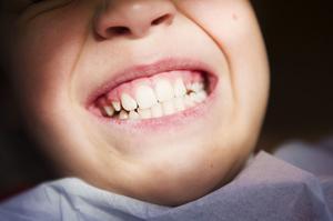 10-årige Elias Böhlén har alla anledning att visa upp ett leende. Tandläkaren hittade ingen karies i hans tänder.
