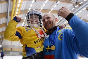 Andreas Bergwal firar sitt sjunde VM-guld med med sonen Oscar.
