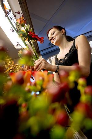 Djurblommor till far. Emma Ljung på Blomsterboden skapar en vacker höstbukett av papegojblomma och kängurutass.BILD: KICKI NILSSON