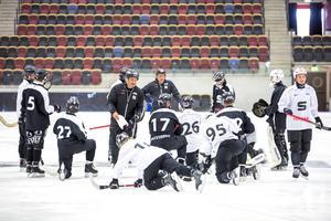 Anders Jakobsson och Thony Lindquist instruerar SAIK-spelarna under ispremiären i Göransson Arena.